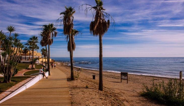 Playa de Mijas con bandera azul para visitar