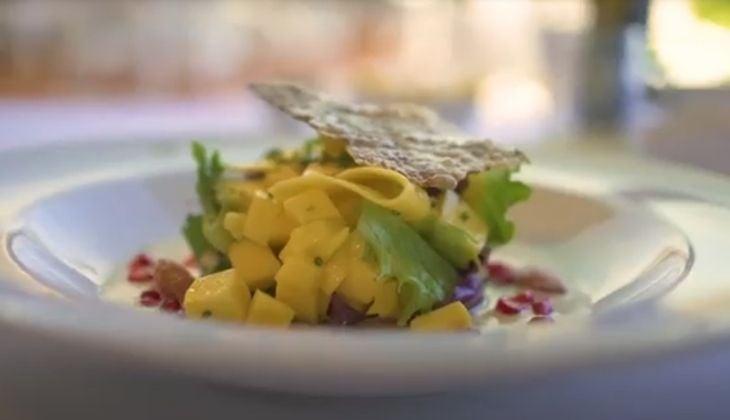 Comer en Nerja ensalada de mango verde